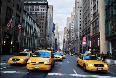 Fototapeta NEW YORK CITY - 8 sierpnia: The nowojorskie taksówki, z ich charakterystyczną żółtą farbą, są powszechnie uznawane ikona miasta. 08 sierpnia 2010 roku na Manhattanie w Nowym Jorku.