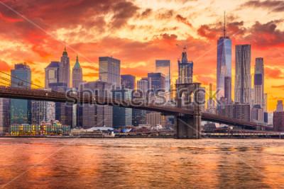 Fototapeta New York, New York, USA skyline of Manhattan on the East River with Brooklyn Bridge after sunset.