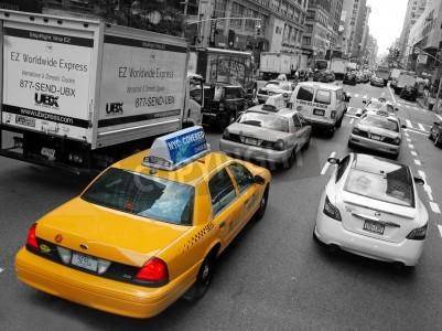 Fototapeta NEW YORK - OKOŁO lipca 2009: Taxi w Nowym Jorku około lipca 2009 roku w Nowym Jorku. Taksówki z ich charakterystyczną żółtą farbą, są powszechnie uznawane ikona miasta.