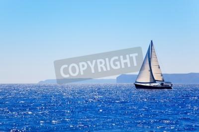 Fototapeta Niebieski jachtu Żeglowanie w doskonałej oceanu w San Antonio peleryna