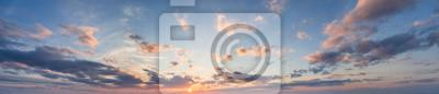 Fototapeta niebieski panorama niebo o zachodzie słońca z chmurami i słońcem