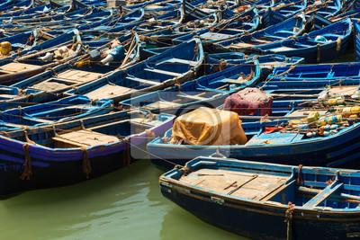 Niebieskie łodzie rybackie w wiosce rybackiej o nazwie Essaouria, Maroko