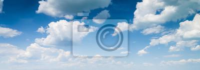 Fototapeta niebieskim tle nieba z chmurami