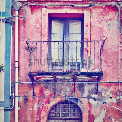 Fototapeta Niecodzienna fasada starego domu w sycylijskim mieście Piazza Armerina, efekt Instagram