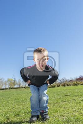 Niegrzeczny chłopiec wystaje język na zewnątrz