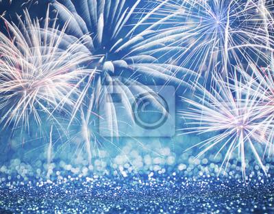 Fototapeta Nieostre niebieskie fajerwerki i brokat na Nowy Rok i przestrzeni kopii. Abstrakcyjne tło wakacje.