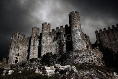 Fototapeta Niepokojące scenę z średniowiecznego zamku w nocy z burzliwe niebo