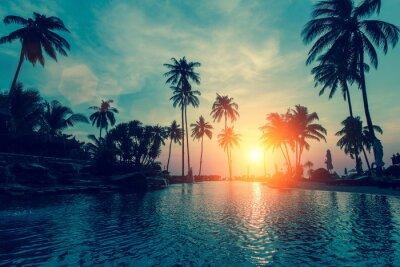 Fototapeta Niepowtarzalny zachód słońca, palmy na tropikalnej plaży.