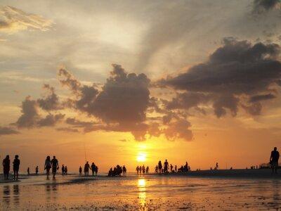 Fototapeta Niski kąt sylwetki ludzi chodzących plaży o zachodzie słońca. Siesta Key, Sarasota na Florydzie