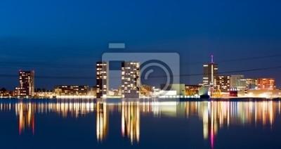 Nowoczesna architektura w nocy, Almere, Holandia