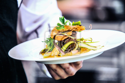 Fototapeta Nowoczesna stylista żywności dekorowanie posiłku do prezentacji w restauracji. Zbliżenie jedzenie stylowe. Obsługa restauracji
