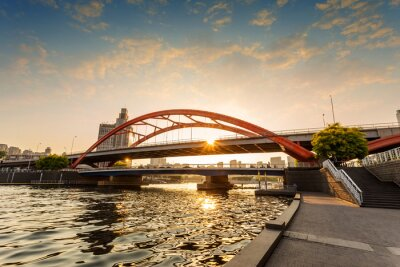 Fototapeta Nowoczesny most nad rzeką o zachodzie słońca
