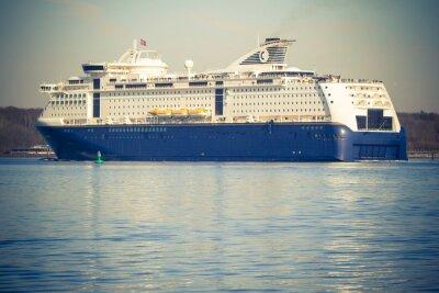 Fototapeta Nowoczesny statek wycieczkowy w Kilonii w Niemczech