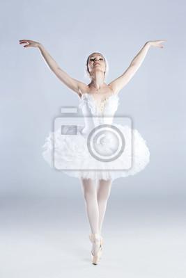 Nowoczesny styl tancerka stwarzających na tle studyjny