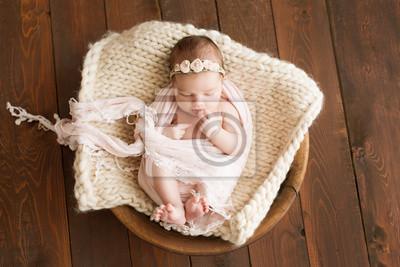 Fototapeta Nowonarodzona dziewczyna na brown tle. Sesja zdjęciowa dla noworodka. 7 dni od urodzenia. Portret pięknej, siedem dni, noworodka dziewczynka