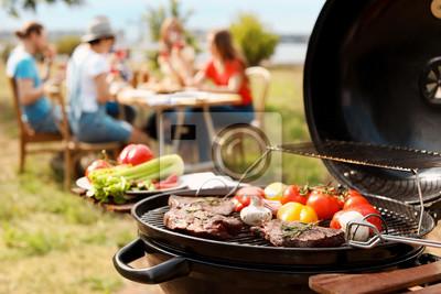 Fototapeta Nowożytny grill z mięsem outdoors i warzywami, zbliżenie