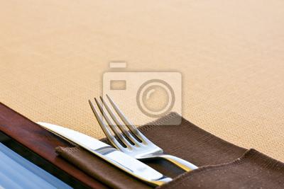 Nóż i widelec z białym talerzu na obrus