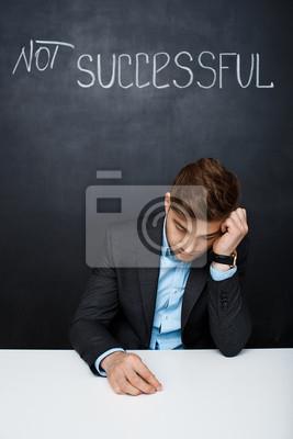 Obraz smutny człowiek na czarnym pokładzie z tekstem nie uda