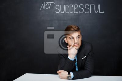 Obraz smutny, Stężony człowiek na czarnym tablicy z tekstem