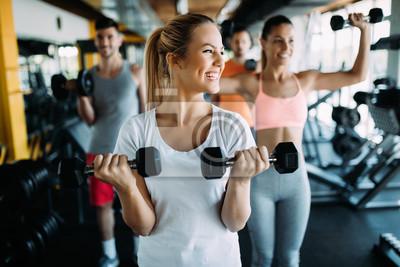 Fototapeta Obraz wesoły zespół fitness w siłowni