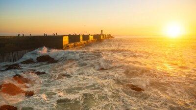 Fototapeta Ocean wybrzeża i kamienne molo podczas wspaniałego słońca.