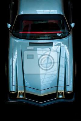 Fototapeta Odgórny widok przód rocznika samochód na czarnym tle. Wystawa retro samochodów.