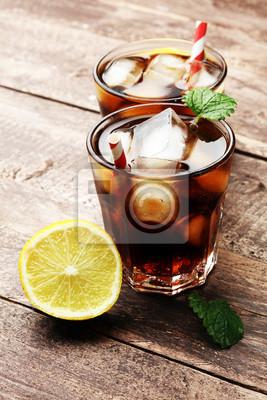 odświeżania napój gazowany dużą szklankę Coca cola z bąbelkami