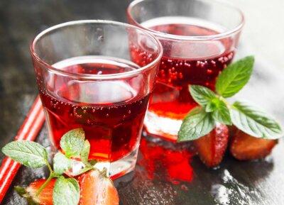 Fototapeta Odświeżanie Red sok w przezroczyste okulary z truskawek, Min