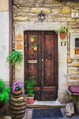 Fototapeta Okna i drzwi w starym domu ozdobiony kwiatem