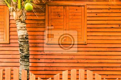 Okna i ściany pokryte drewnem.