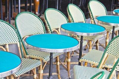 Fototapeta Okrągłe stoły w kawiarni w Paryżu