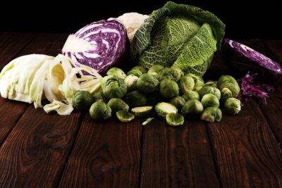 organiczne główki kapusty. Zbilansowana dieta przeciwutleniająca z czerwoną kapustą, białą kapustą i savoy. kalafior