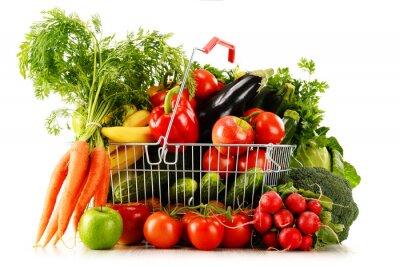 Fototapeta Organiczne warzywa i owoce w koszu na zakupy na białym