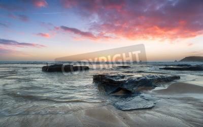 Fototapeta Oszałamiająca Zachód słońca nad skały na miny zatoce na północnym wybrzeżu Kornwalii