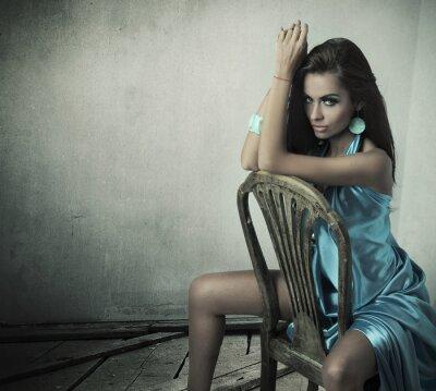 Oszałamiające piękno brunette siedzi na krześle