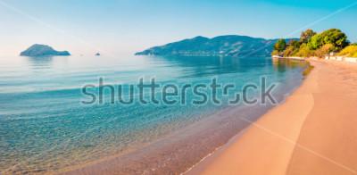Fototapeta Oszałamiająco ranku widok plaża Zakynthos (Zante) wyspa. Pogodny wiosny seascape Joński morze, Grecja, Europa. Piękno natury pojęcia tło.