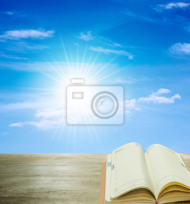 otwarta książka na drewno i słońce niebieskie niebo