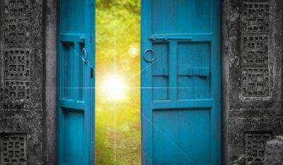 Fototapeta otwarte drzwi i światło nieba
