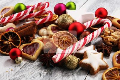 Ozdoba z ciasteczka świąteczne. Typowe gwiazdy cynamonu z owocami i orzechami