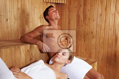 Paar genießt Ruhe w saunie