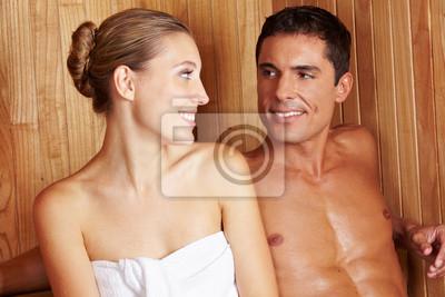 Paar w saunie schaut sich