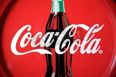 Fototapeta Padwa, Włochy - 22 lipca 2012: Coca Cola marką taca z butelką znanych pism i wzory. Coca-Cola jest światowej sławy napój wyprodukowany przez The Coca-Cola Company w Atlancie. Własność obiektu, studio