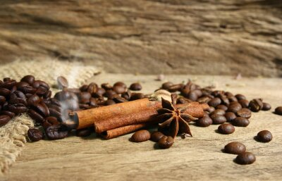 Fototapeta Palone ziarna kawy i przypraw na grunge desce backgro