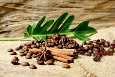 Fototapeta Palonych ziaren kawy w wory z grunge drewniane deseń