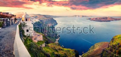 Fototapeta Panorama Pogodna. Santorini wyspa. Malowniczy wiosna wschód słońca na sławnym Greckim kurorcie Fira, Grecja, Europa. Podróże koncepcja tło. Styl artystyczny po przetworzeniu zdjęcia.