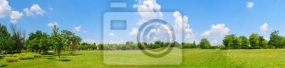 Fototapeta panorama pola zielonego trawnika z drzewami w tle. Park przy Mogosoaia pałac blisko Bucharest, Rumunia.