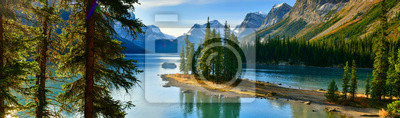 Fototapeta Panorama view Beautiful Spirit Island in Maligne Lake, Jasper National Park, Alberta, Canada