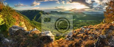 Fototapeta Panorama wiosny góra z lasem przy zmierzchem, Sistani