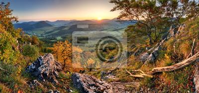 Fototapeta Panorama zachodu s? O? Ca w Karpatach górskich dolinie ze wspania? Ym? Wietle złota na wzgórzach
