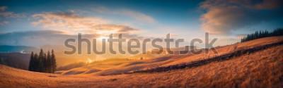 Fototapeta Panorama zmierzch w Karpackiej góry dolinie z cudownym złota światłem na wzgórza